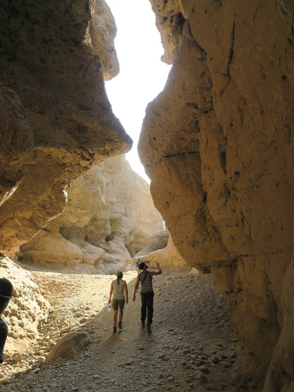 Zwei Personen laufen durch den Sesriem-Canyon