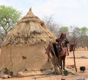 Eine Himba vor ihrer Hütte