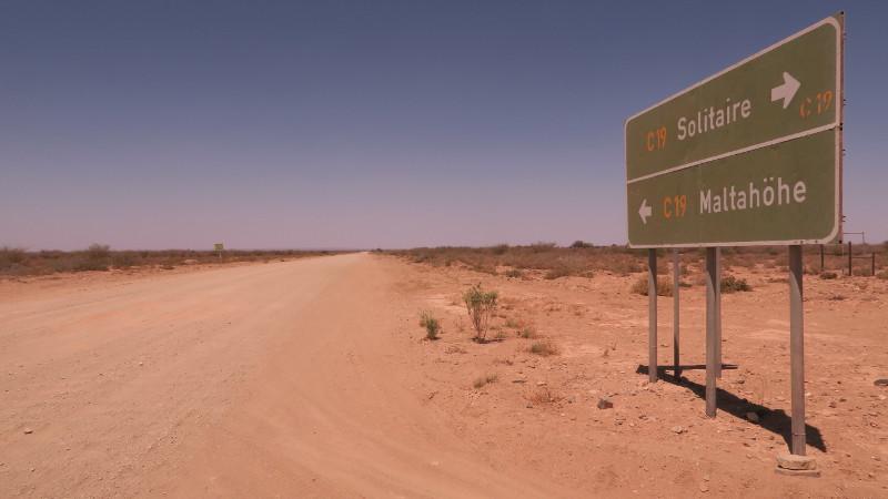 Ein Straßenschild in Namibia: Solitaire und Maltahoehe