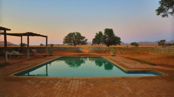 Swimmingpool auf einem Zeltplatz in Namibia