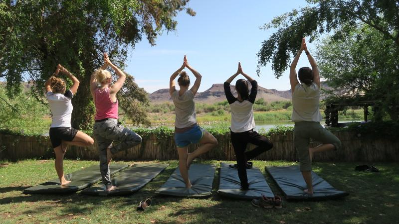 Yoga mit Blick auf den Orange River in Südafrika