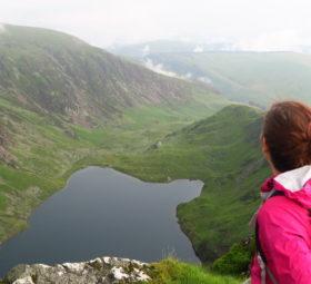 Blick von der Gipfelkette des Cadair Idris in Snowdonia auf einen kleinen Bergsee