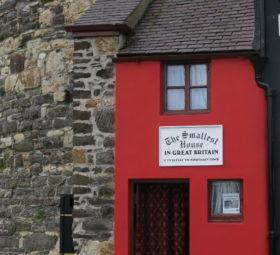 Das kleinste Haus in Großbritannien: ein schmaler roter Bau in Conwy