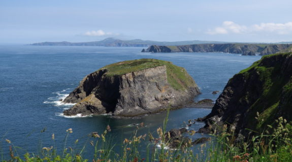 Traumhafte Aussicht auf die Irische See vom Pembrokeshire Coast Path