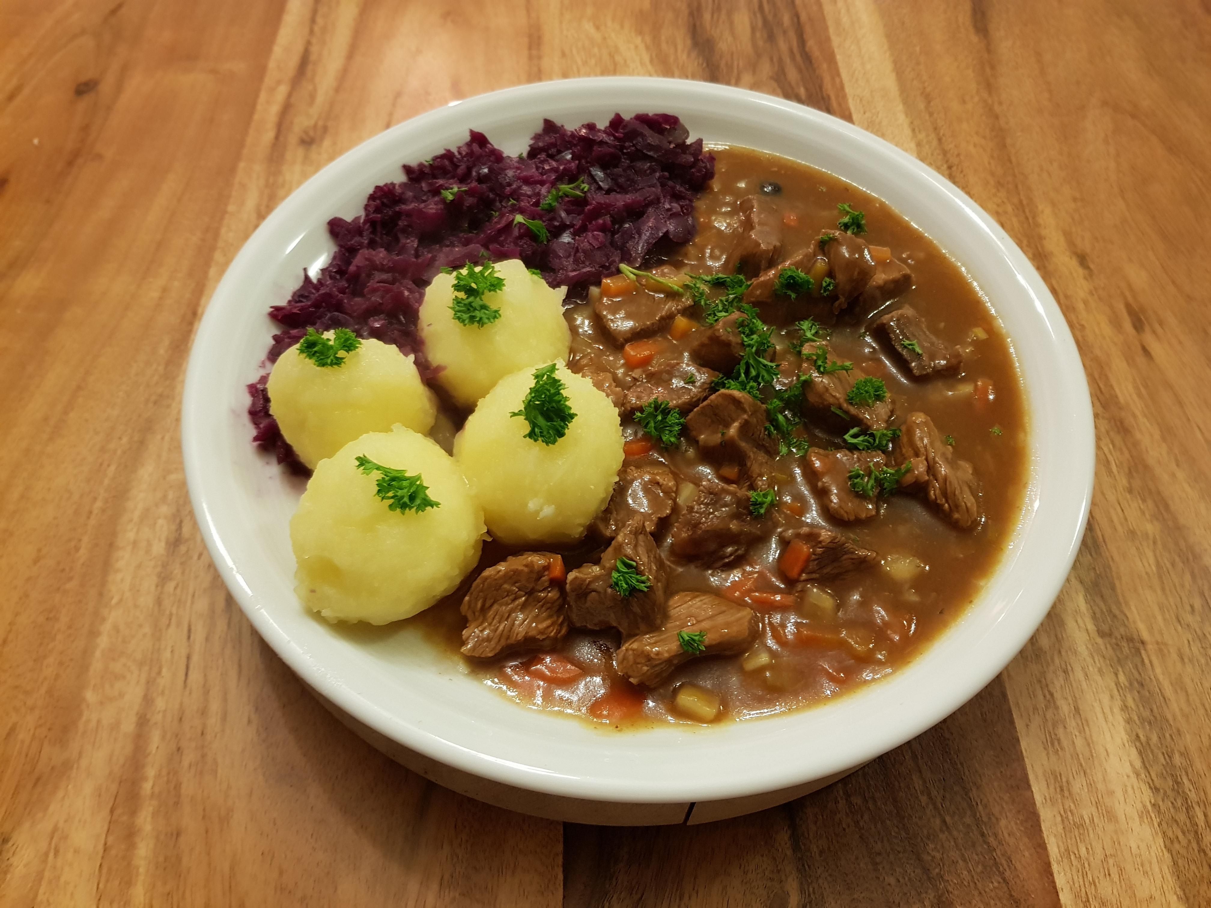 Hirschragout mit Kartoffelknödelchen und Rotkohl